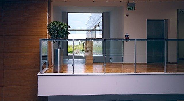 sklo zábradlí