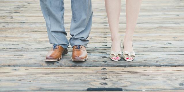 Muž a žena na drevenej podlahe