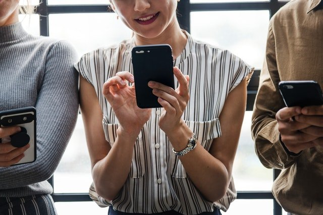 Tri ženy s mobilnými telefónmi v rukách.jpg