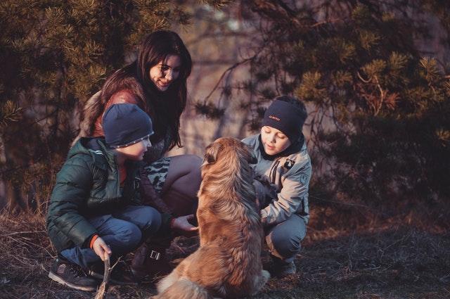 Žena s dvoma deťmi a psom v prírode