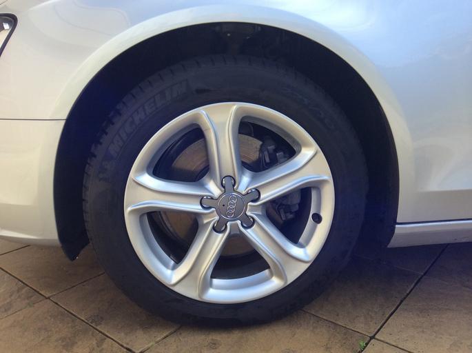 Detail na pneumatiku strieborného auta.jpg
