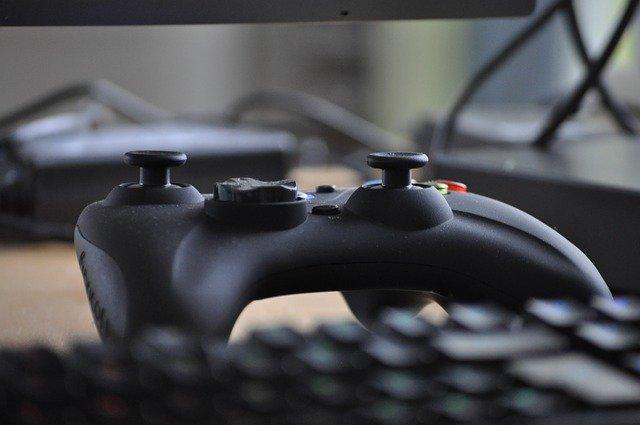 hrací ovládač a klávesnica.jpg