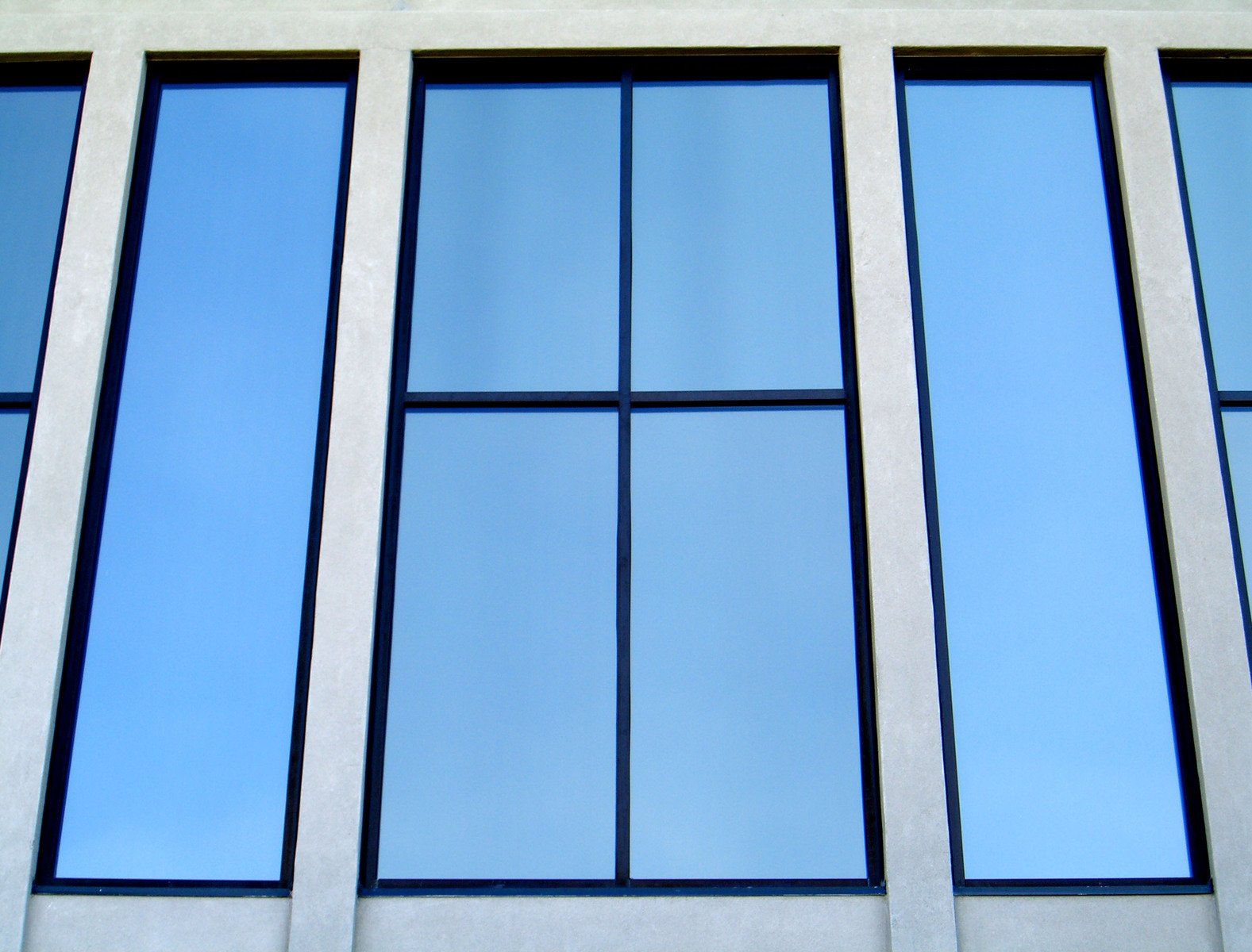 okná s veľkými sklami